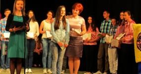 Direkotirca Edina uručila nagradu učenici generacije Halidi Duraković
